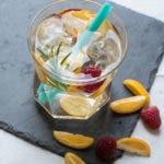 Wasser aromatisiert mit Kumquat, Himbeere und Rosmarin