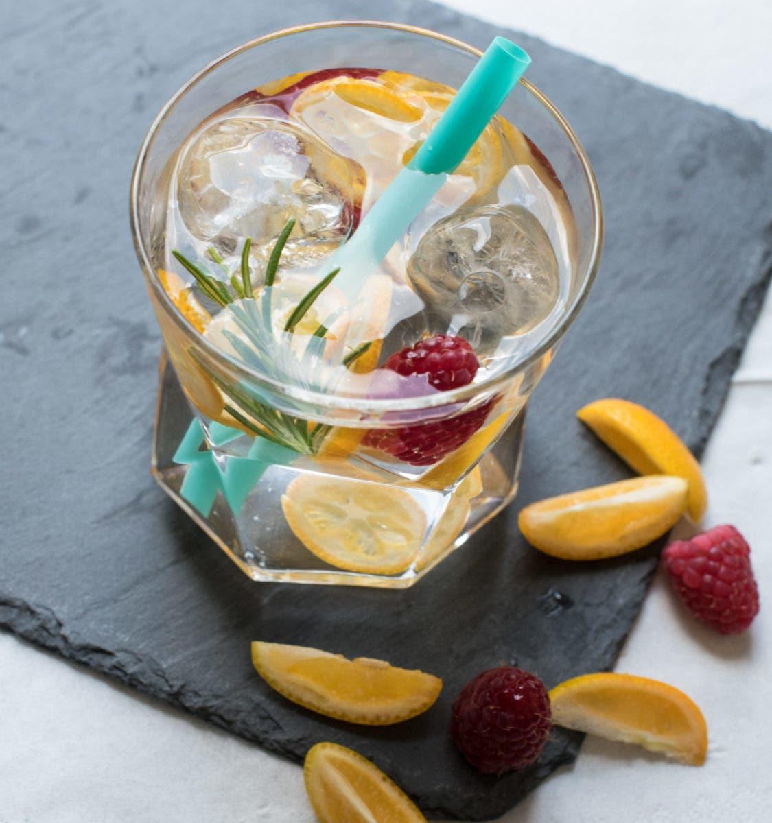 Glas mit Wasser Himbeeren, Rosmarin und Eiswürfeln.