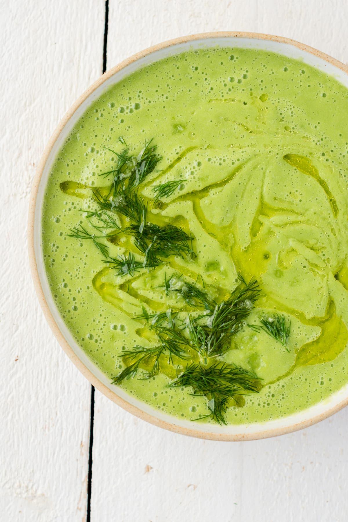 Vegane Gurkenkaltschale mit Dill in weißer Schüssel