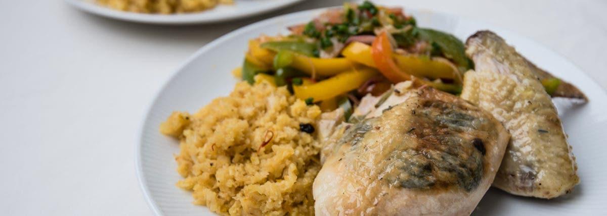 Nahaufnahme von Teller mit Hühnchenschenkel und Gemüse
