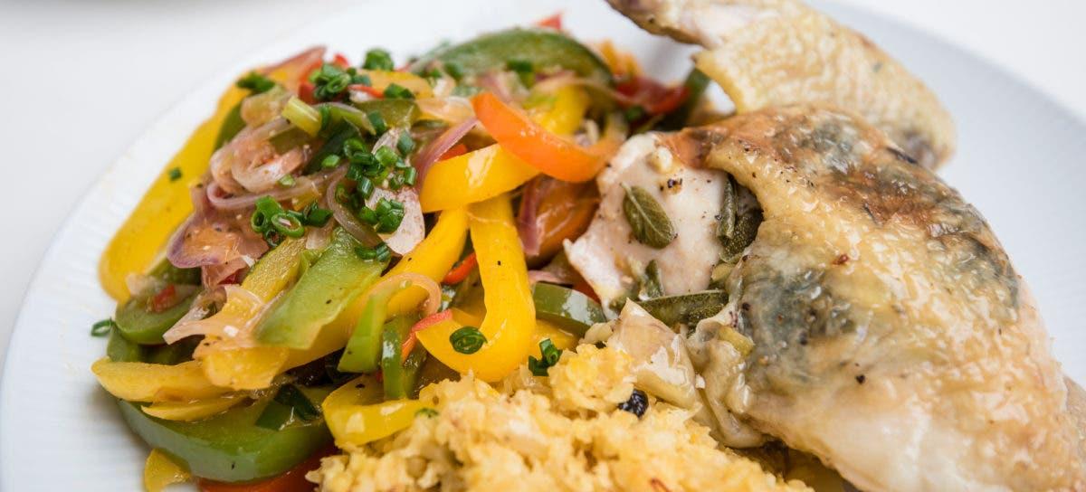Nahaufnahme von Teller mit buntem Gemüse und Hähnchenschenkel