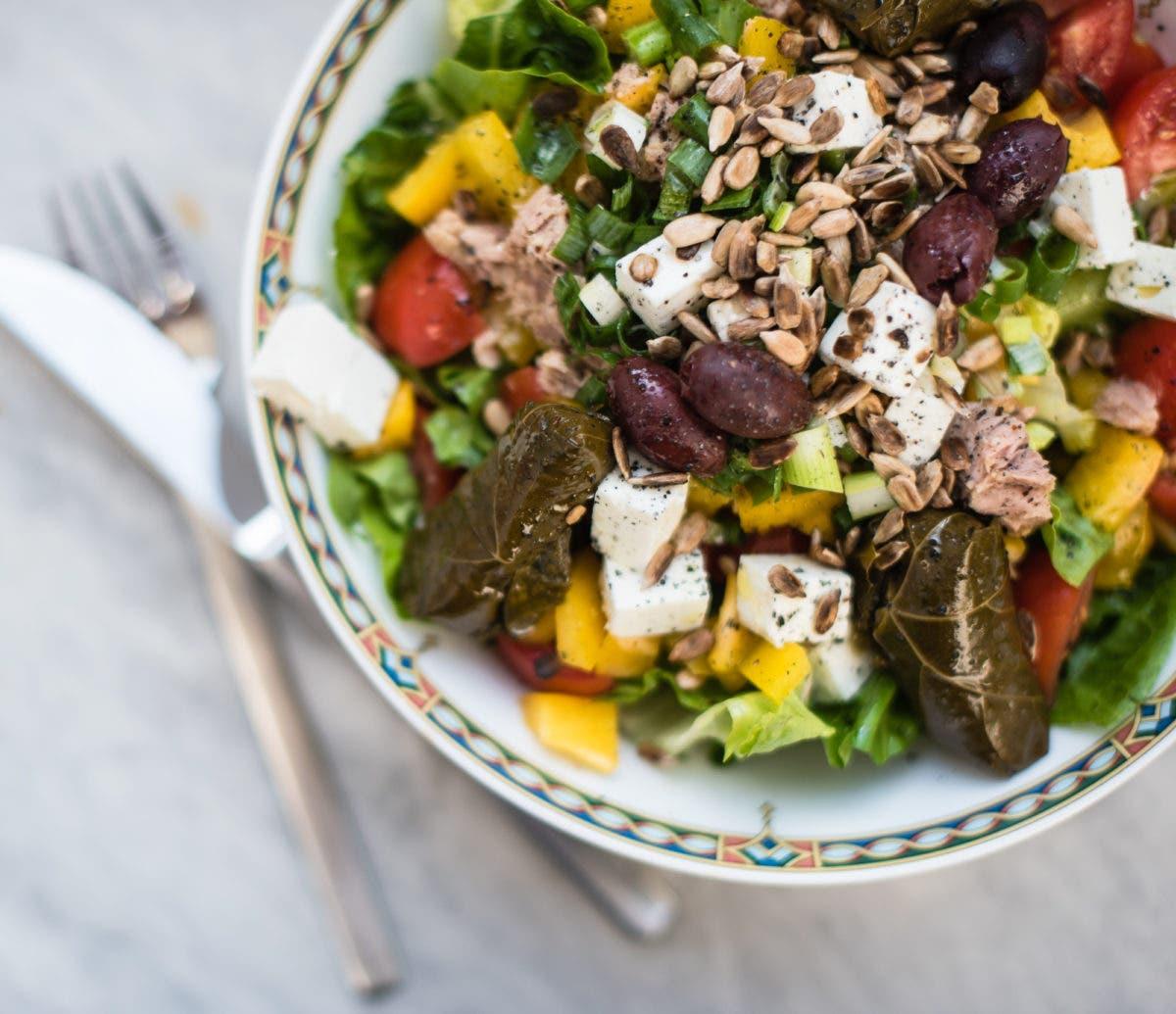 Topshot von Salatschüssel mit gemischten Salat und buntem Gemüse