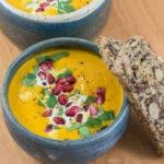 Orientalische Karotten-Ingwer-Suppe mit Granatapfelkernen