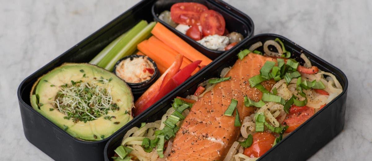 Lunchbox mit Lachs und Kohlrabispaghetti plus Rohkost