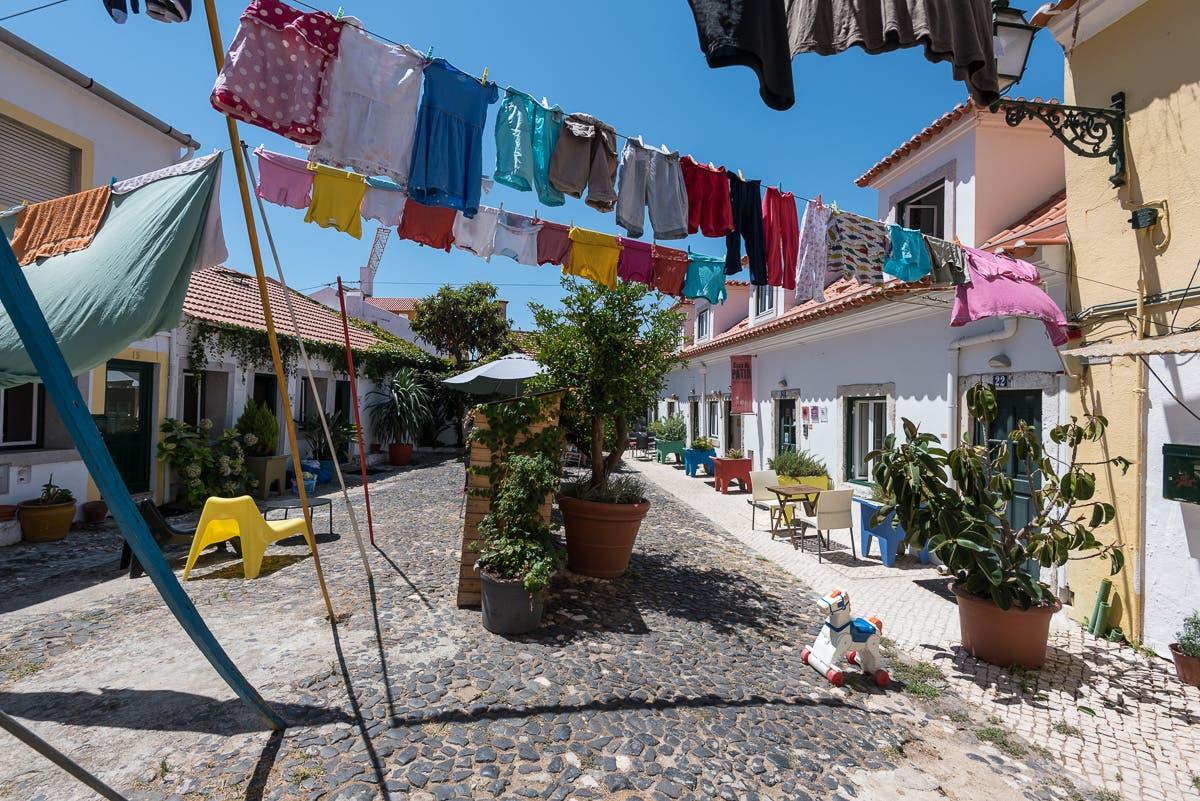 Straßen von Lissabon mit behängten Wäscheleinen von Haus zu Haus