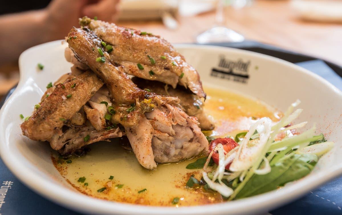 Hähnchengericht mit Salatbeilage und Sauce