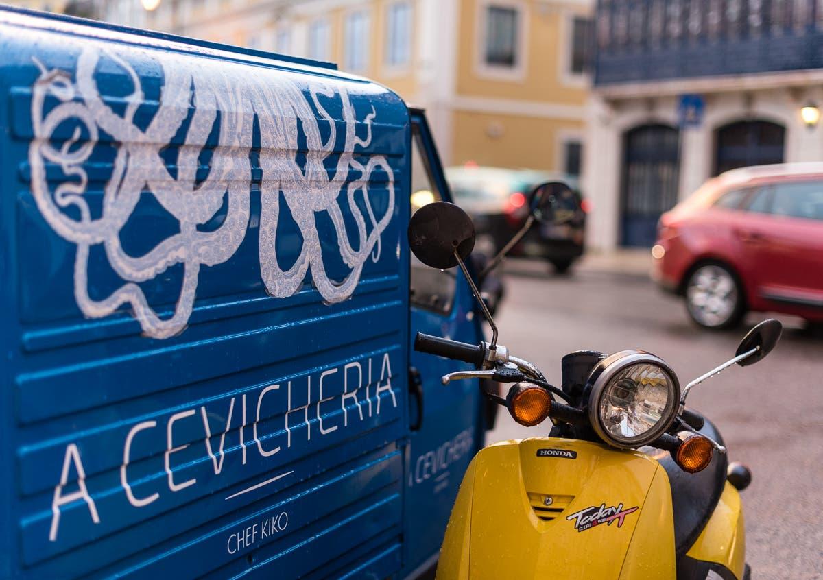 Gelber Roller und blauer Kastenwagen in Lissabon