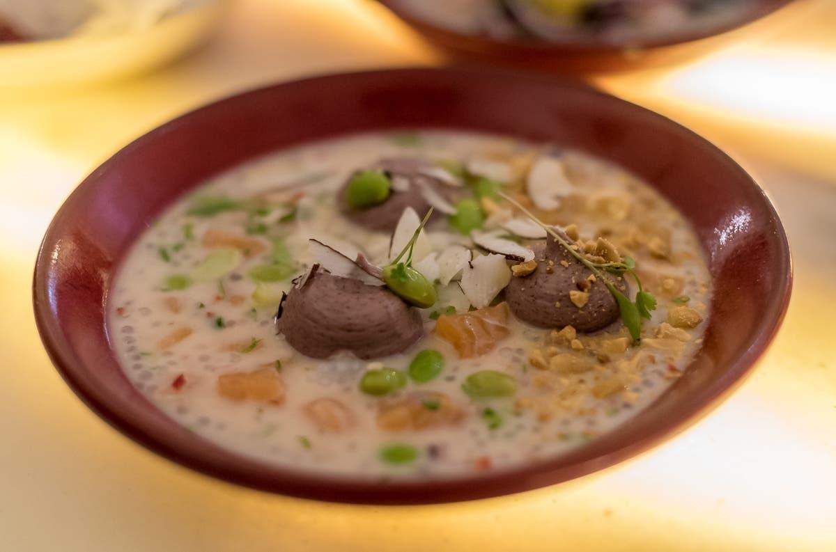 Nahaufnahme von Kokossuppe mit Edamame in tiefem Teller