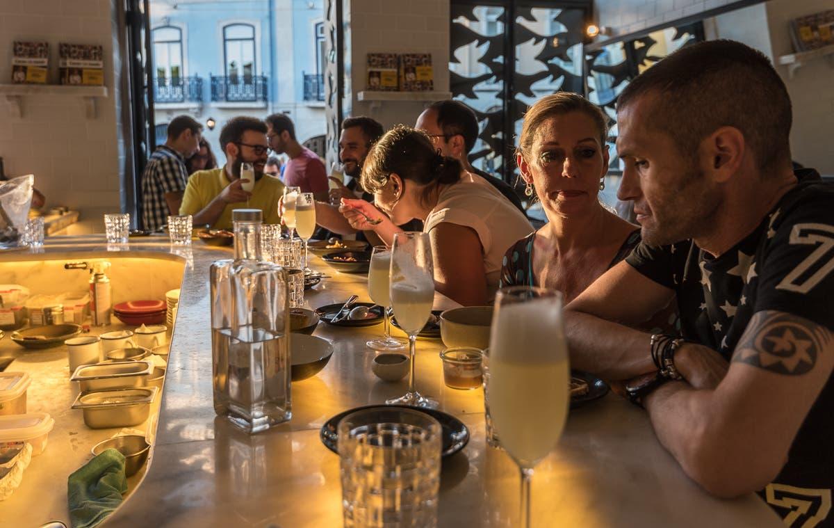 spanische Bar mit vielen Menschen an der Theke sitzend
