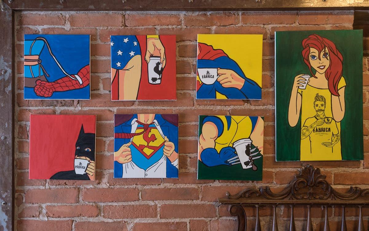 Wand mit vielen Comics als Collagen