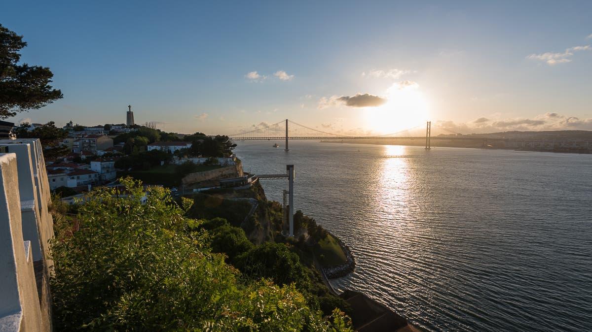 erhöhte Aussicht über portugiesischen Fluss Tejo bei Sonnenuntergang