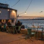 Gartentische und Stühle auf Promenade bei Abend