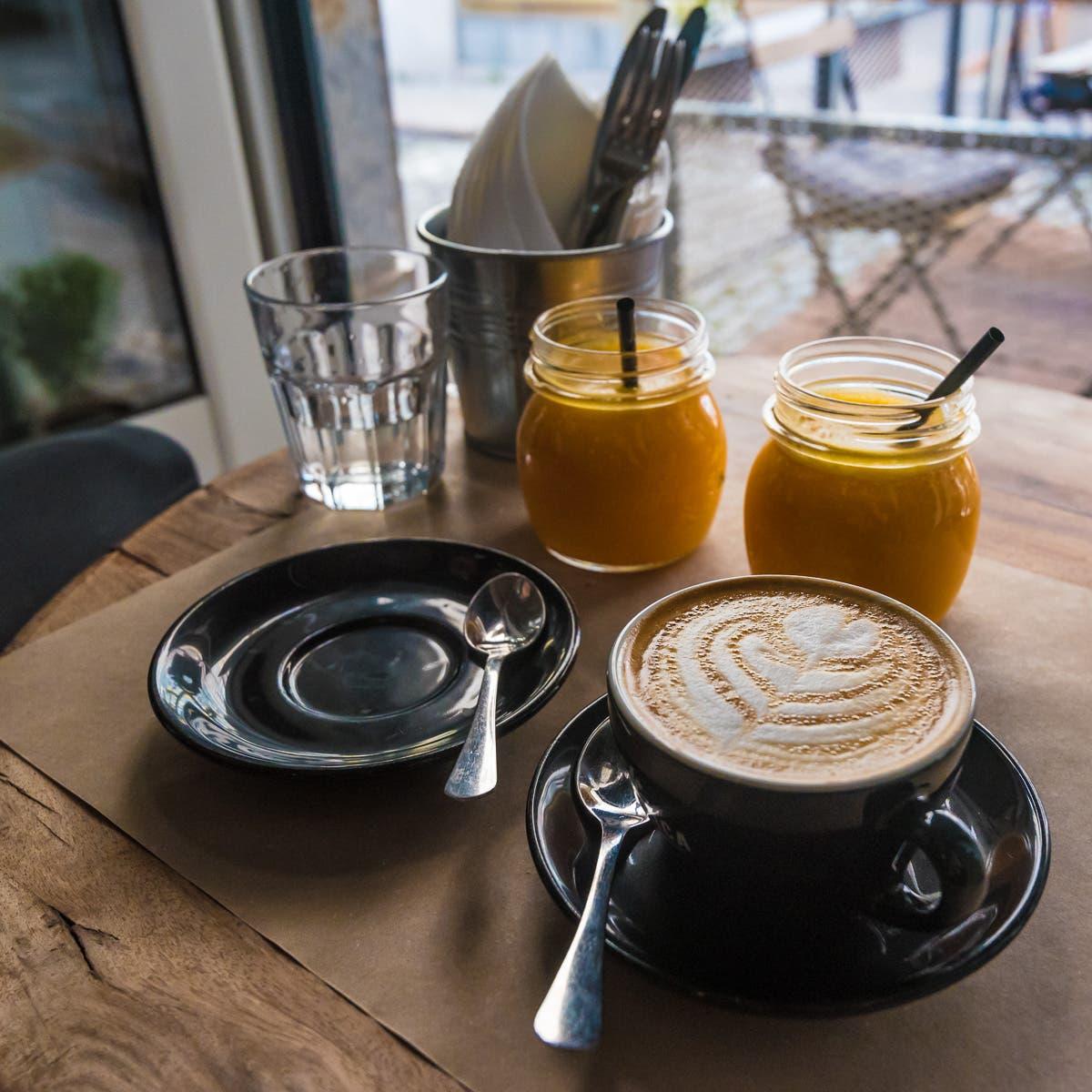 Tisch mit zwei O-Säften und Kaffee