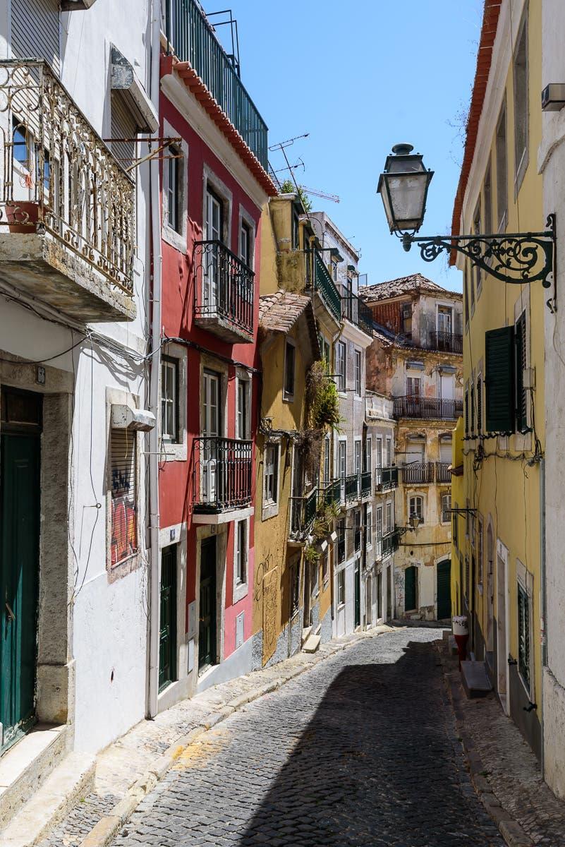Straßen von Lissabon mit bunten Hausfassaden