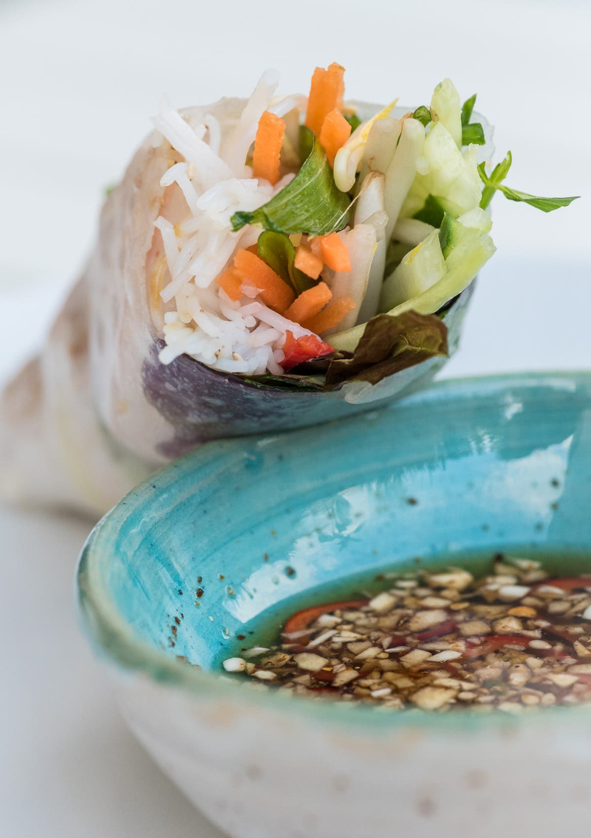 Mit Gemüse gefüllte Sommerrolle mit einer Schale Sojasauce.