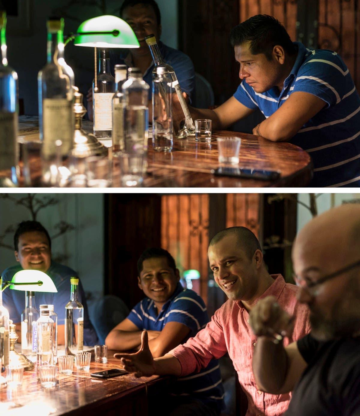 Männer lesen Etikette der Alkoholflaschen und reden miteinander