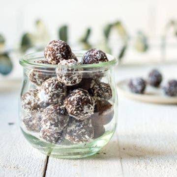 Glas gefüllt mit Schokoladen Kokos Bliss Balls.