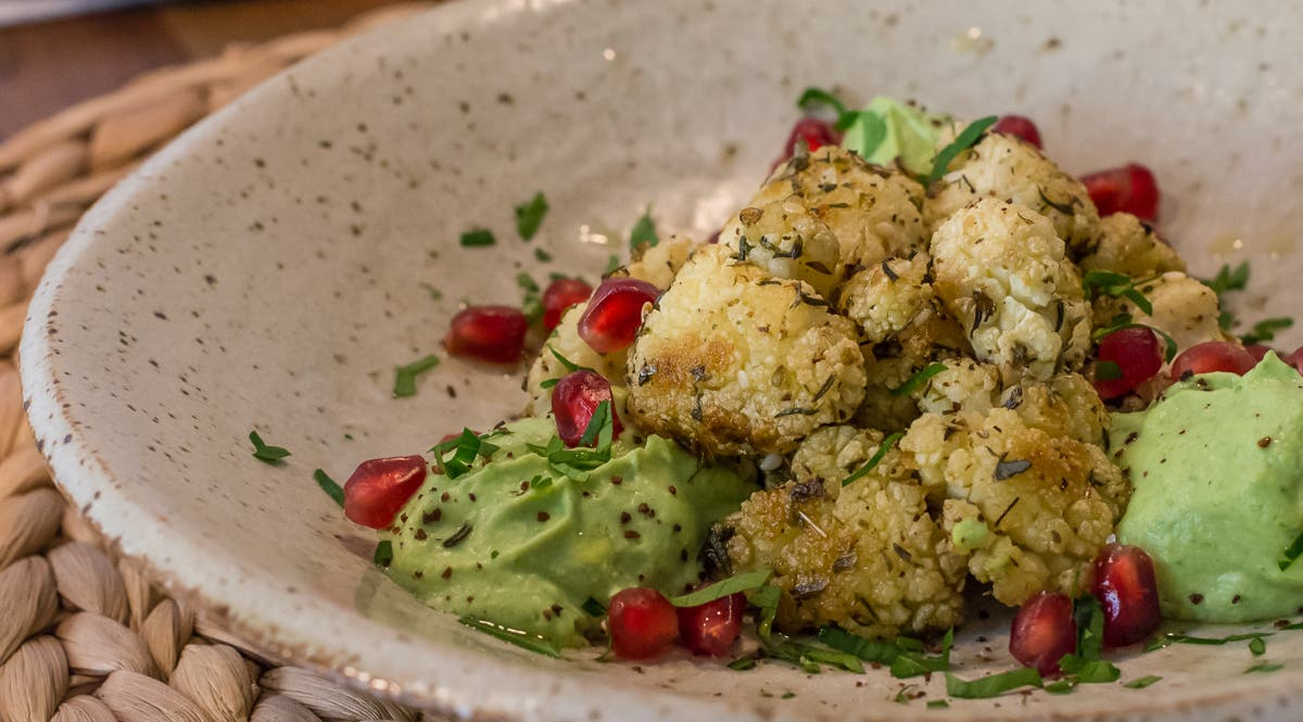Blumenkohl Hummus mit geröstetem Blumenkohl und Granatapfelkernen