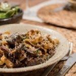 Pastagericht mit Hähnchenleber auf Teller