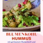Gabel und Teller mit Blumenkohl Hummus und Granatapfelkernen.