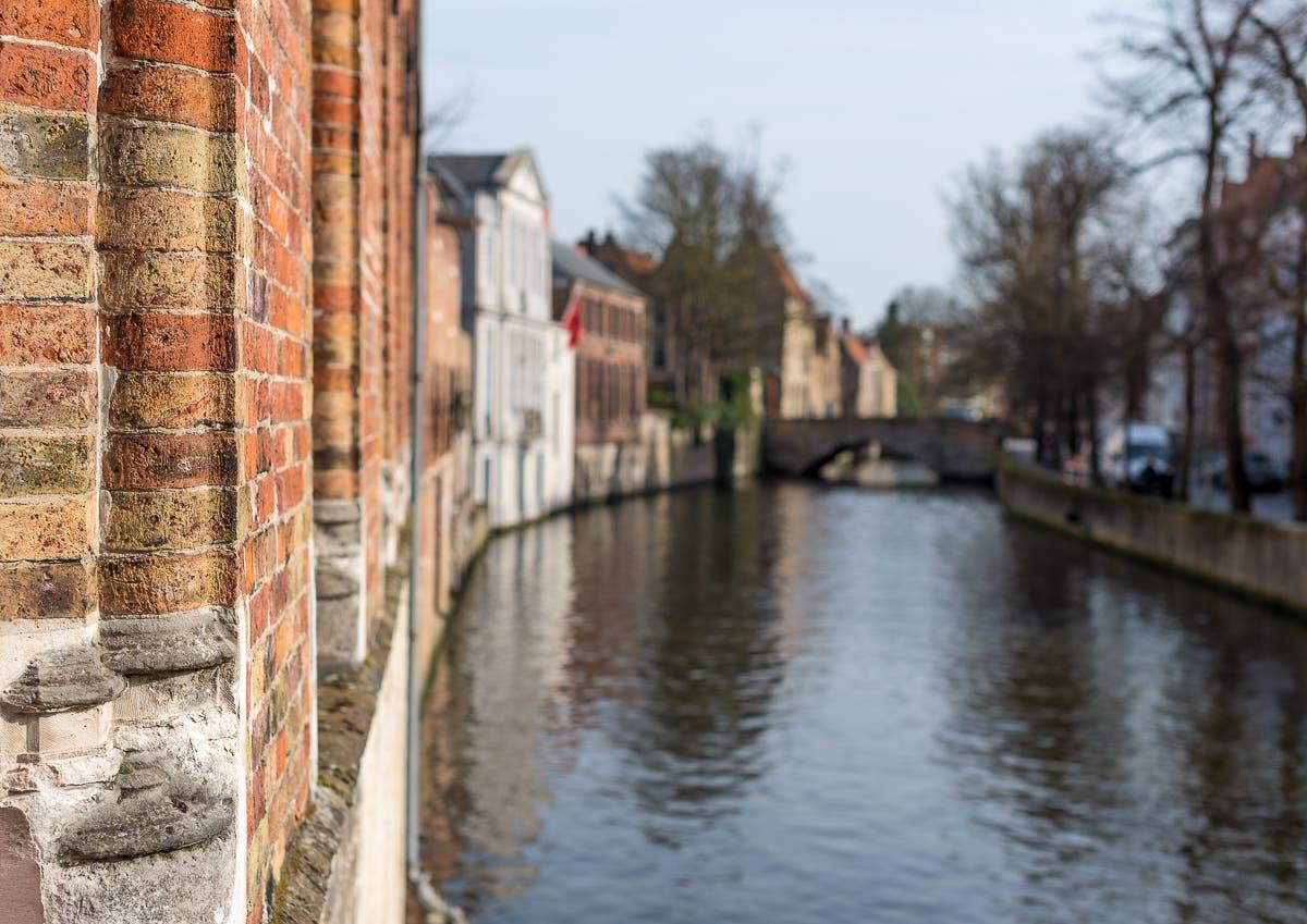 Ecke einer Hausfassade und Blick auf Kanal in Brügge
