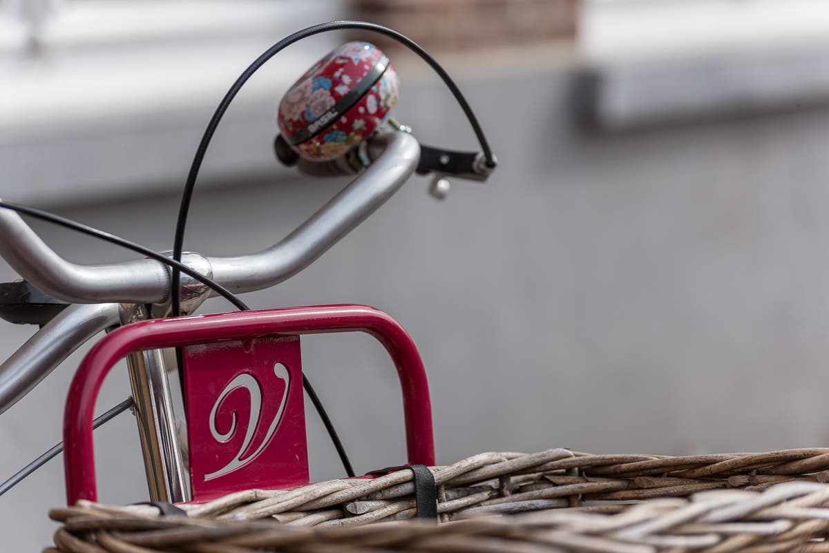 Nahaufnahme von Fahrradklingel mit Korb an Fahrrad
