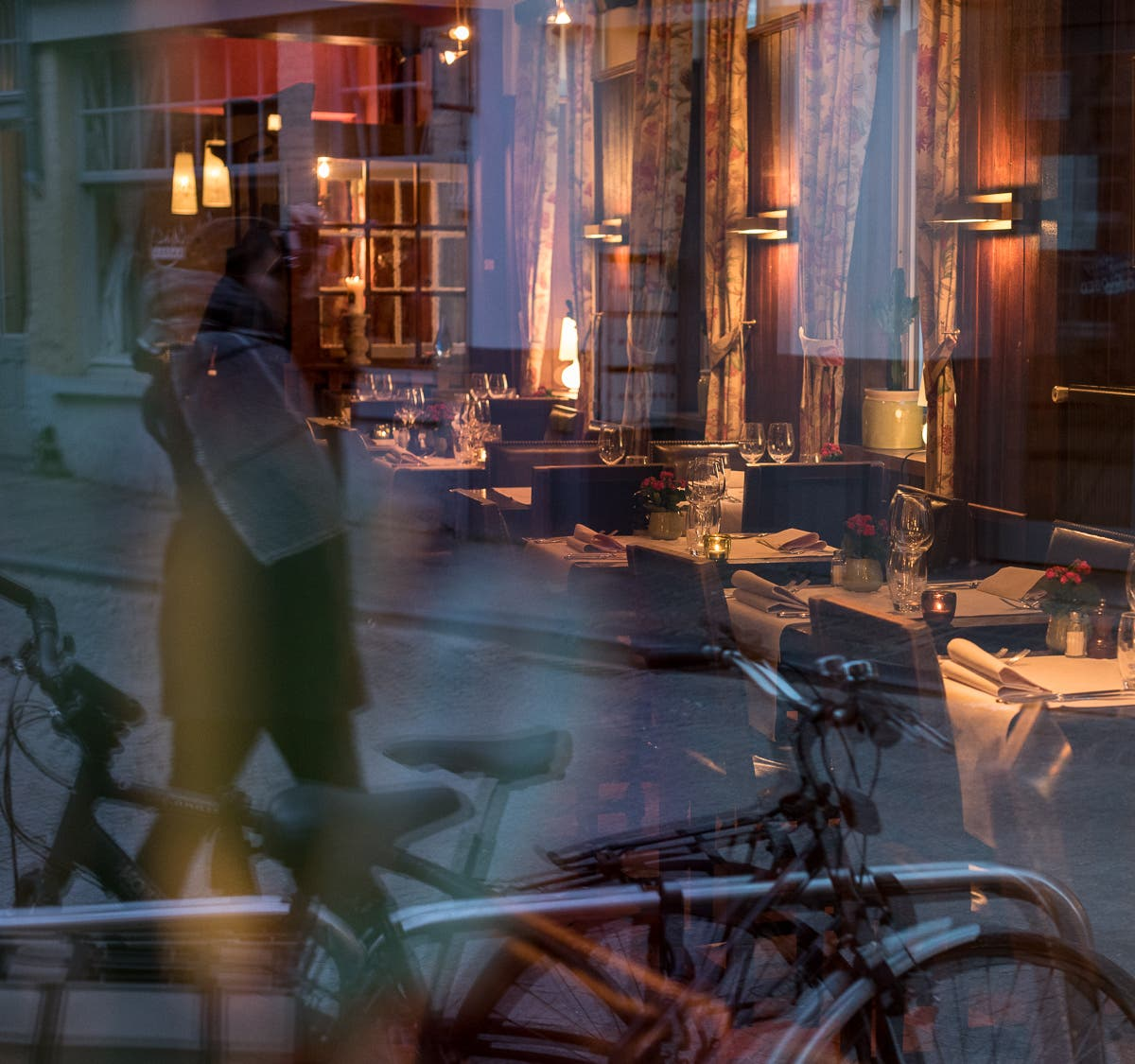 Spiegelung in Fenster von Restaurant