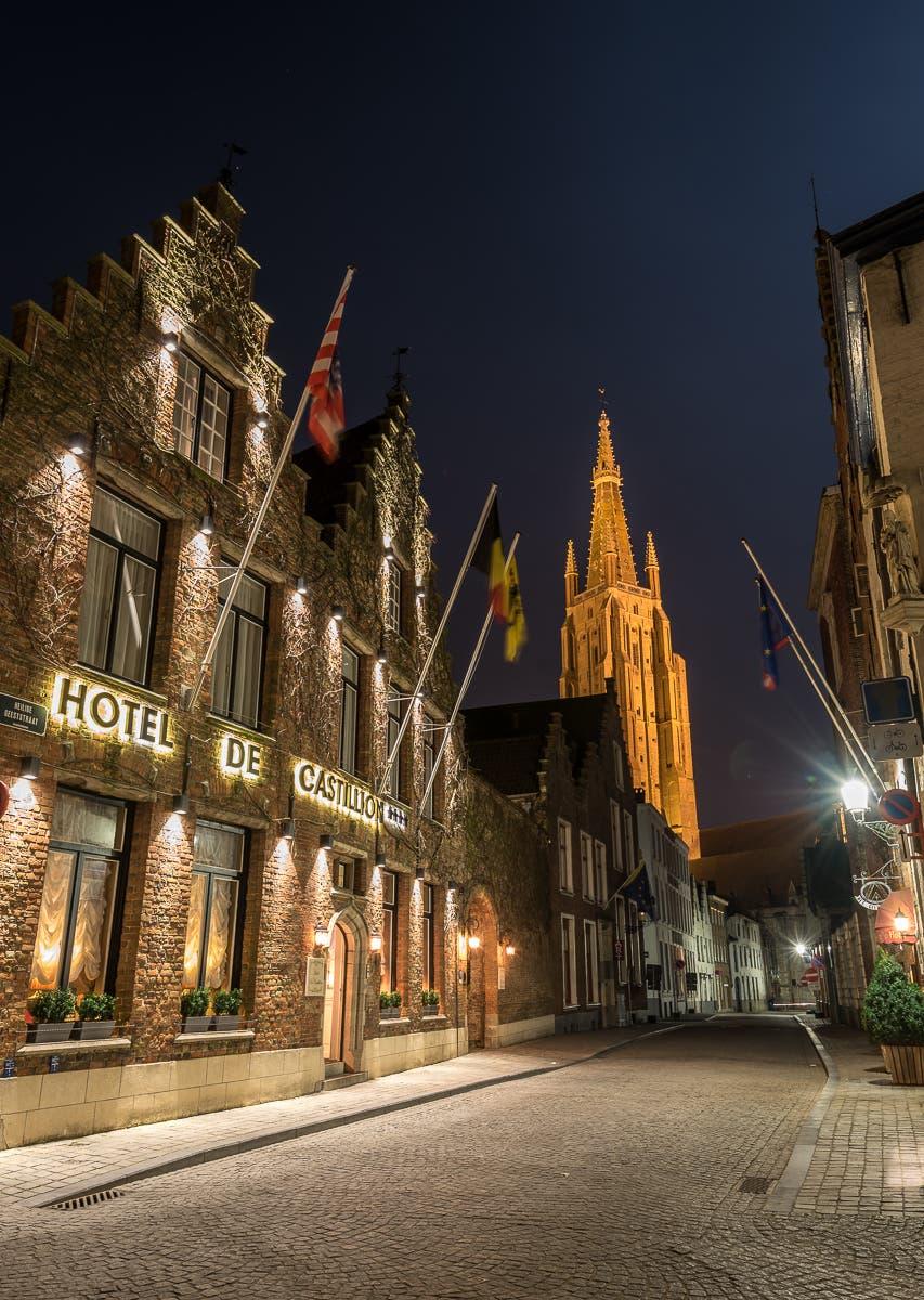 Fassade von Hotel de Castillo in Brügge bei Nacht