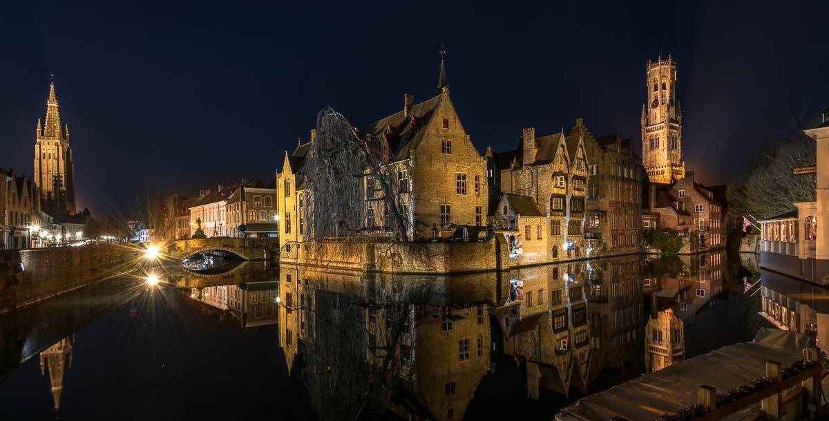 Weitwinkelaufnahme von Brügge bei Nacht mit Abendlichtern