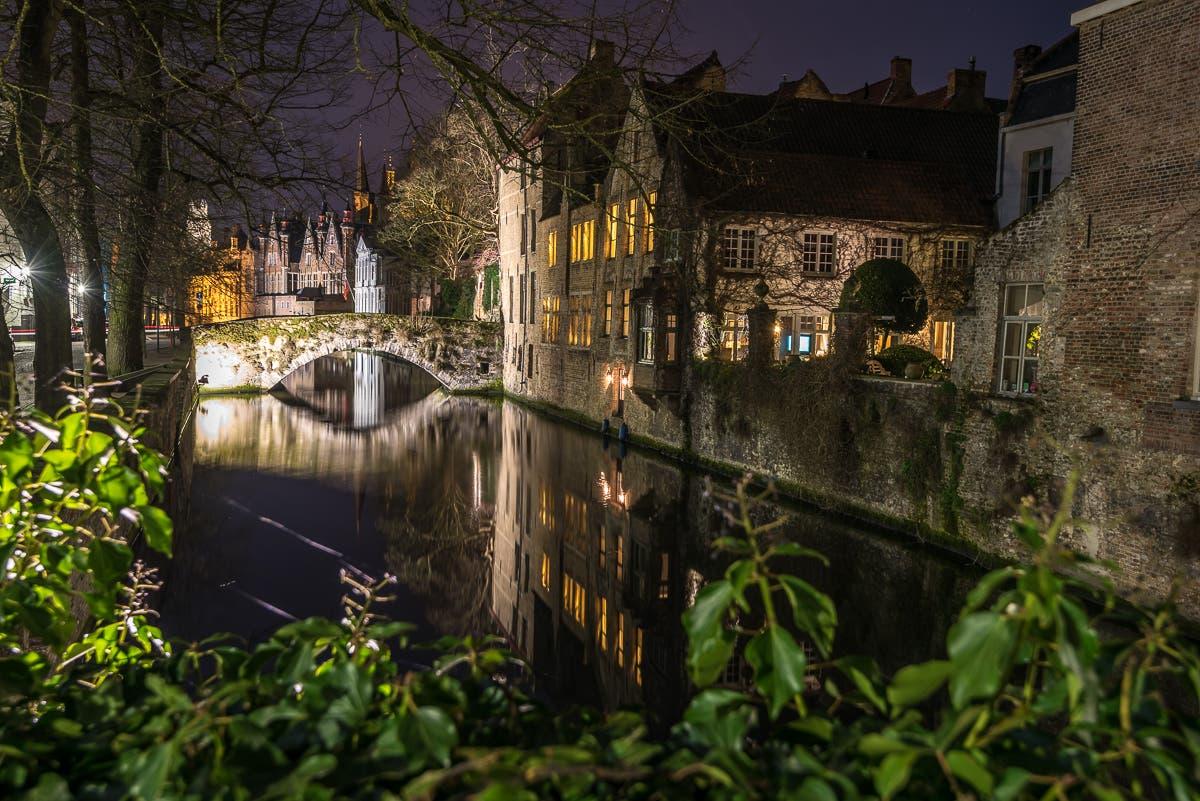 Kanal, Mauer und Brücken: Brügge bei Nacht