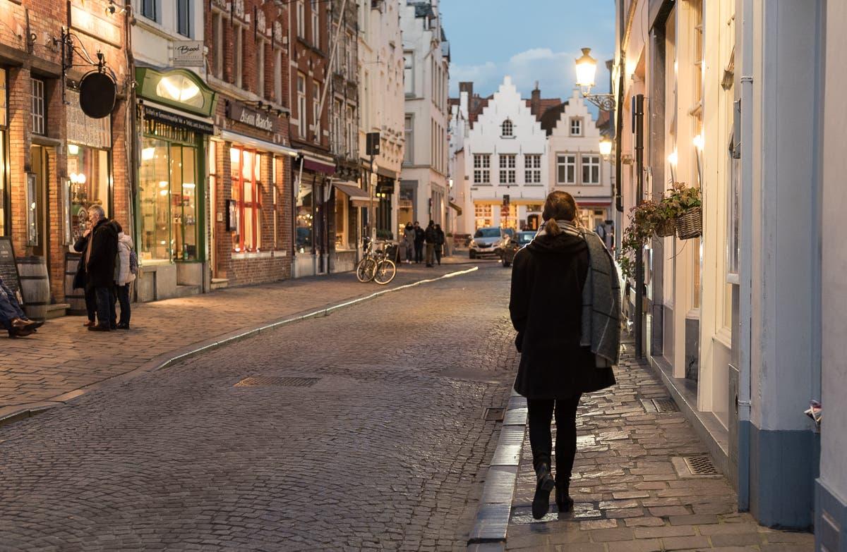 Straßen von Brügge bei Abend mit Straßenlaternen