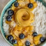 Topshot von Milchreis mit Blaubeeren und Mango