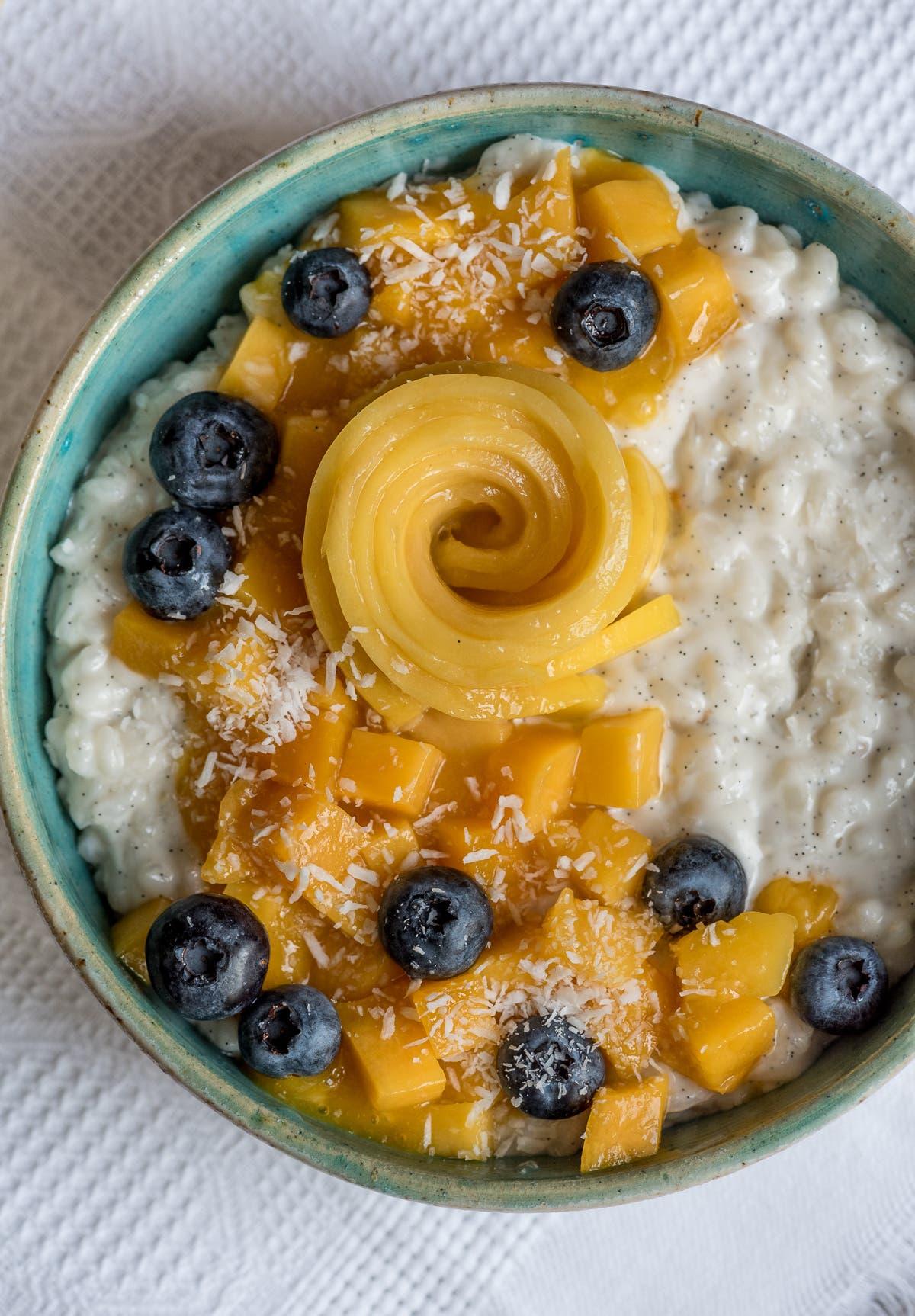 Veganer Kokosmilchreis mit Mango und Blaubeeren