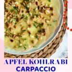 Topshot von weißem Teller mit Kohlrabi -Apfel-Carpaccio, getoppt mit Pinienkernen und Kresse