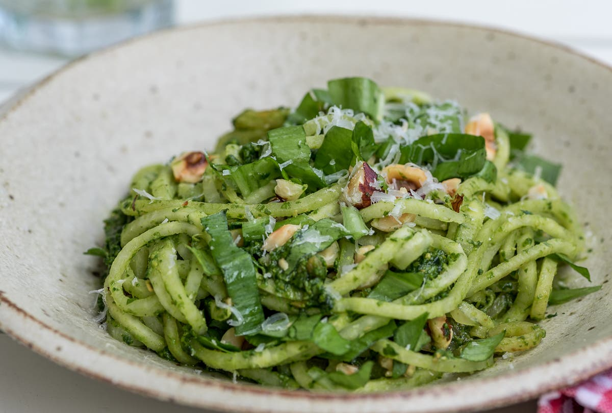 Nudeln mit grünem Pesto und Nüssen | Selbstgemachtes Bärlauchpesto - im Wald den Frühling einfangen