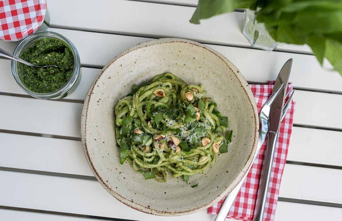 Grünes Pesto mit Nudeln und Haselnüssen serviert | Selbstgemachtes Bärlauchpesto - im Wald den Frühling einfangen