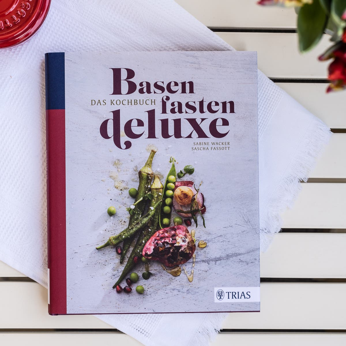 Buchcover auf hellem Untergrund zum Thema Basenfasten.