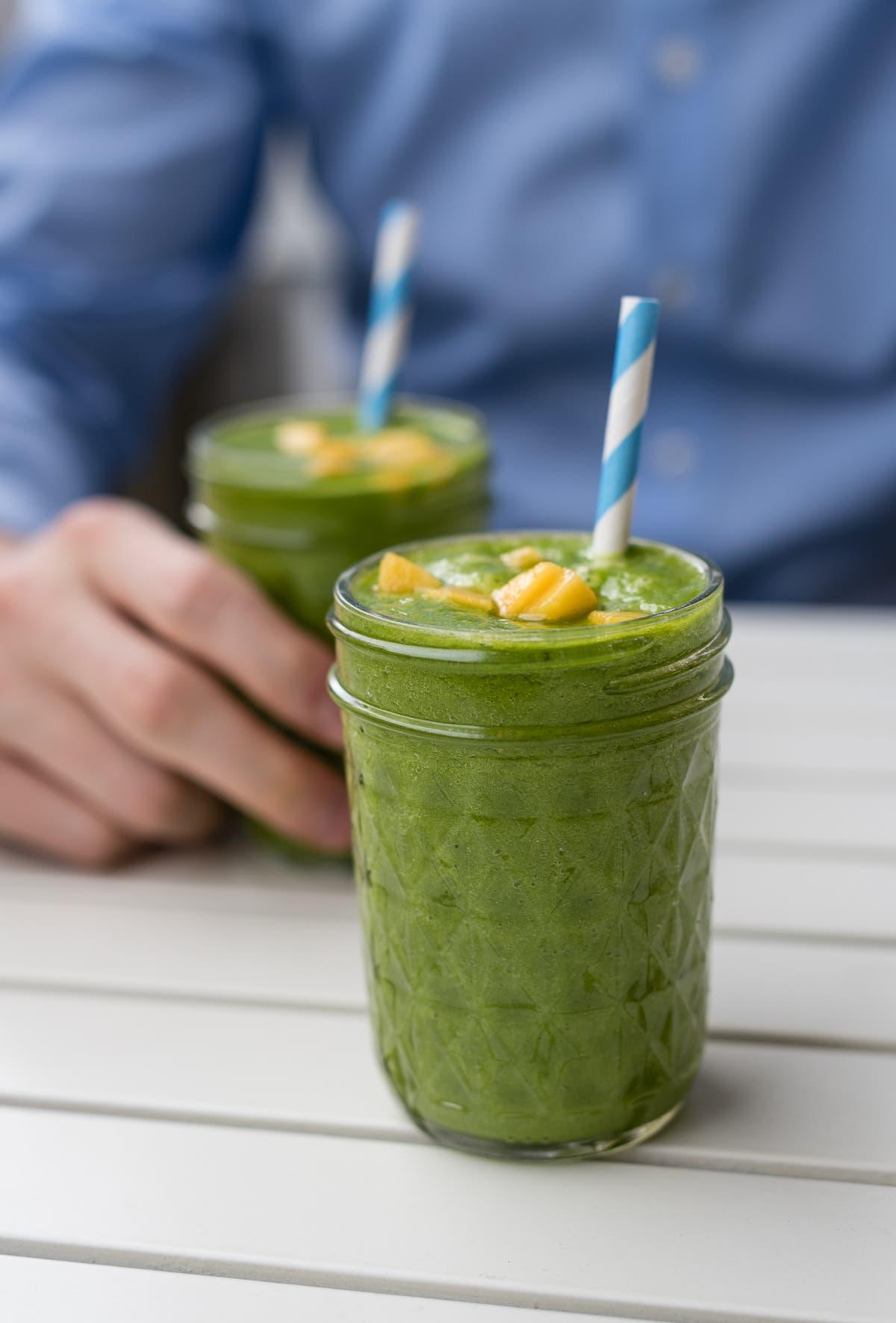 Herrlich erfrischender grüner Smoothie mit Spinat, Mango und Kokoswasser