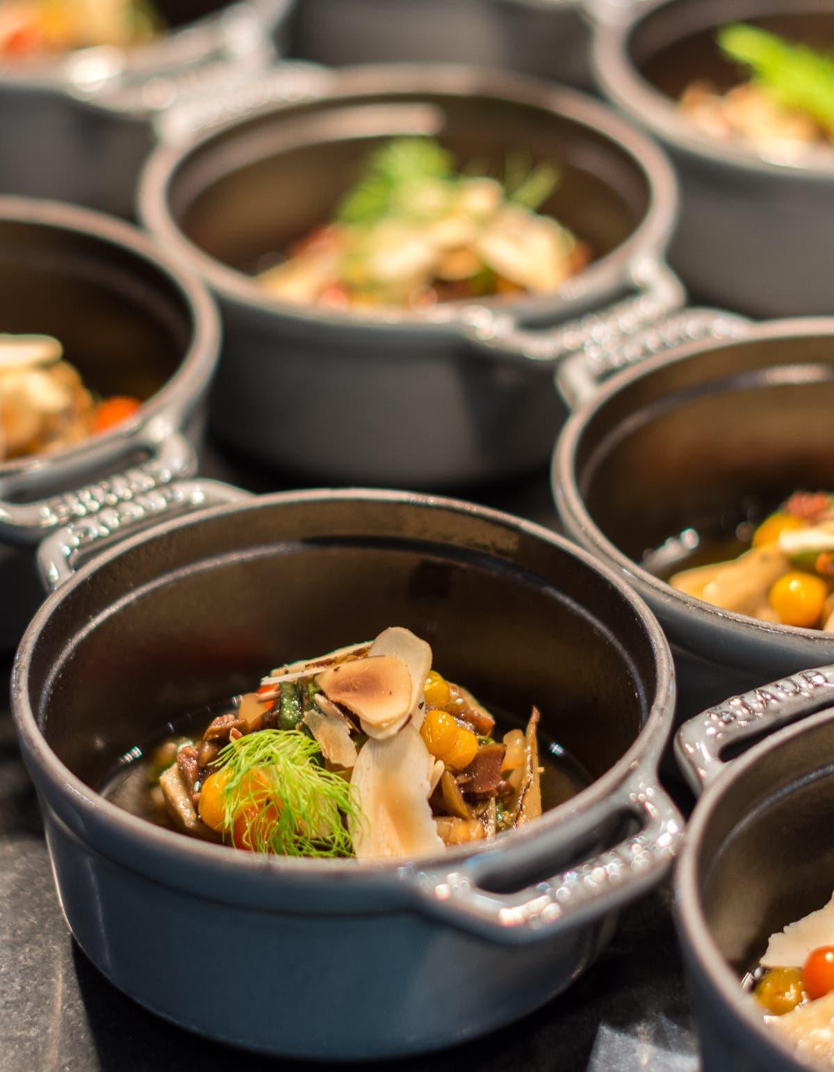 Töpfe gefüllt mit angerichtetem Essen