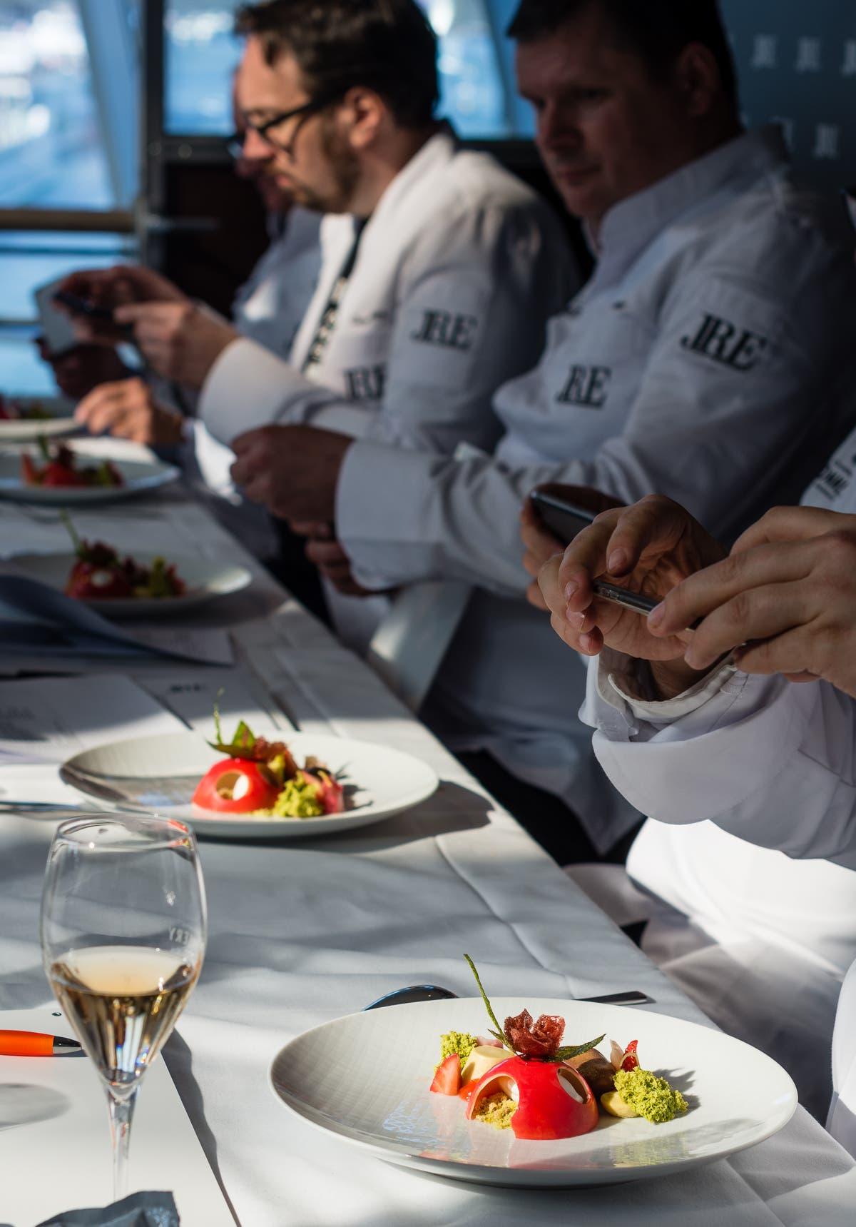 Tisch mit den gleichen Gerichten serviert