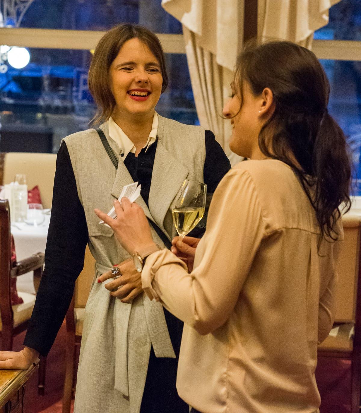 Zwei Bloggerinnen reden und lachen miteinander