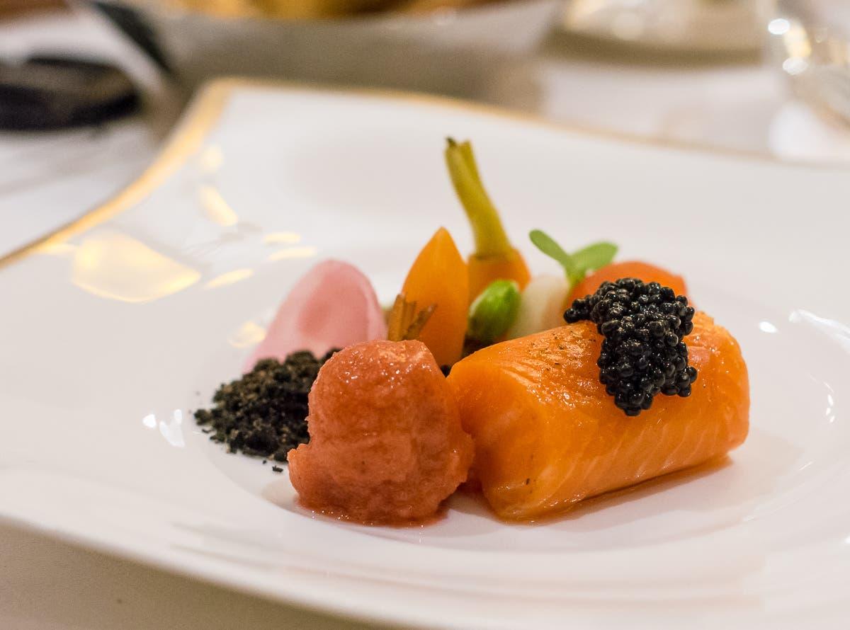 Vorspeise mit verschiedenem Fisch, elegant angerichtet auf weißem Teller