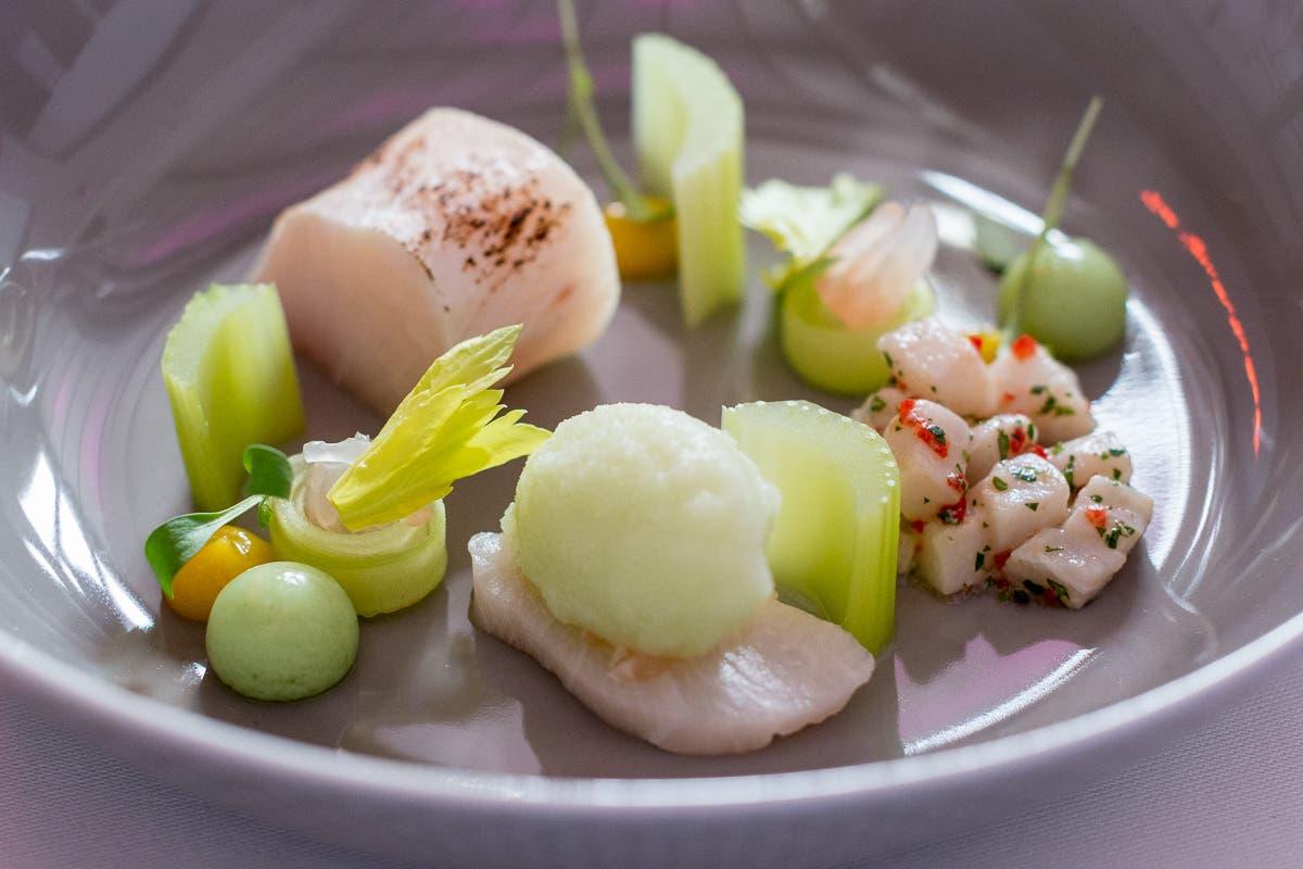 Fischfilets mit grünem Gemüse auf Teller angerichtet