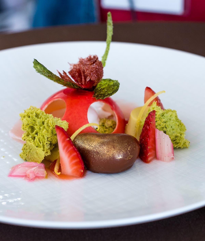 Edel angerichtetes Dessert mit filigranen Details