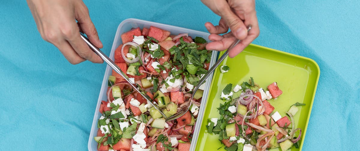 Topshot von Wassermelonen Salat in Lunchbox