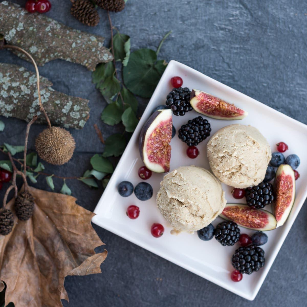 Cremige, vegane Mandel-Rum-Eiscreme mit Feigen und Spätsommerbeeren (ohne Zucker)