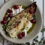 Top Shot von geschmortem Spitzkohl mit roten Trauben, Petersilie und weißem Püree