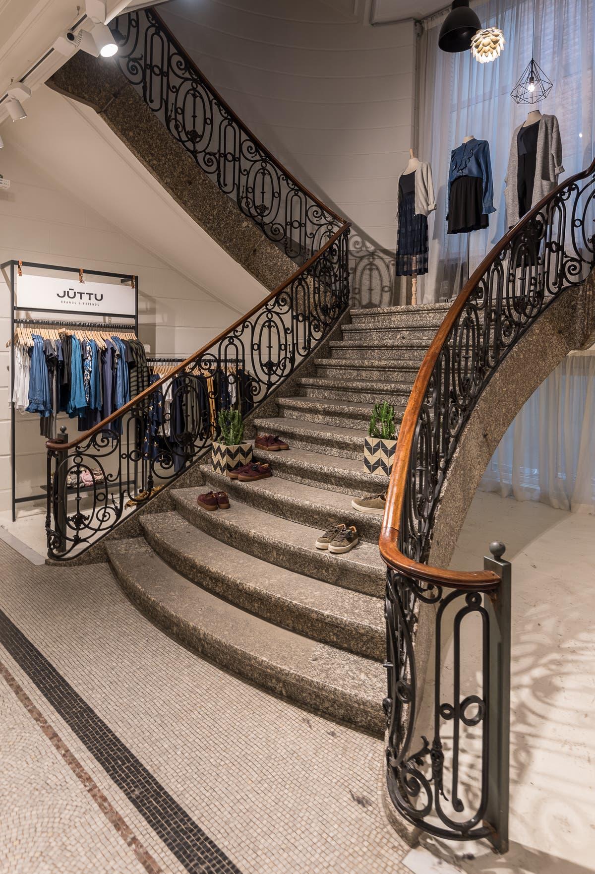 pompöse Steintreppe in Bekleidungsgeschäft in Antwerpen