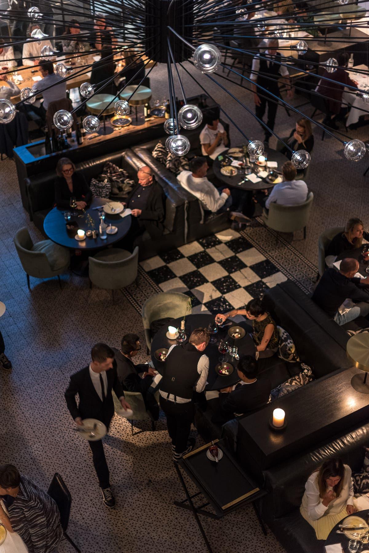 Innenraum einer belgischen Bar von oben
