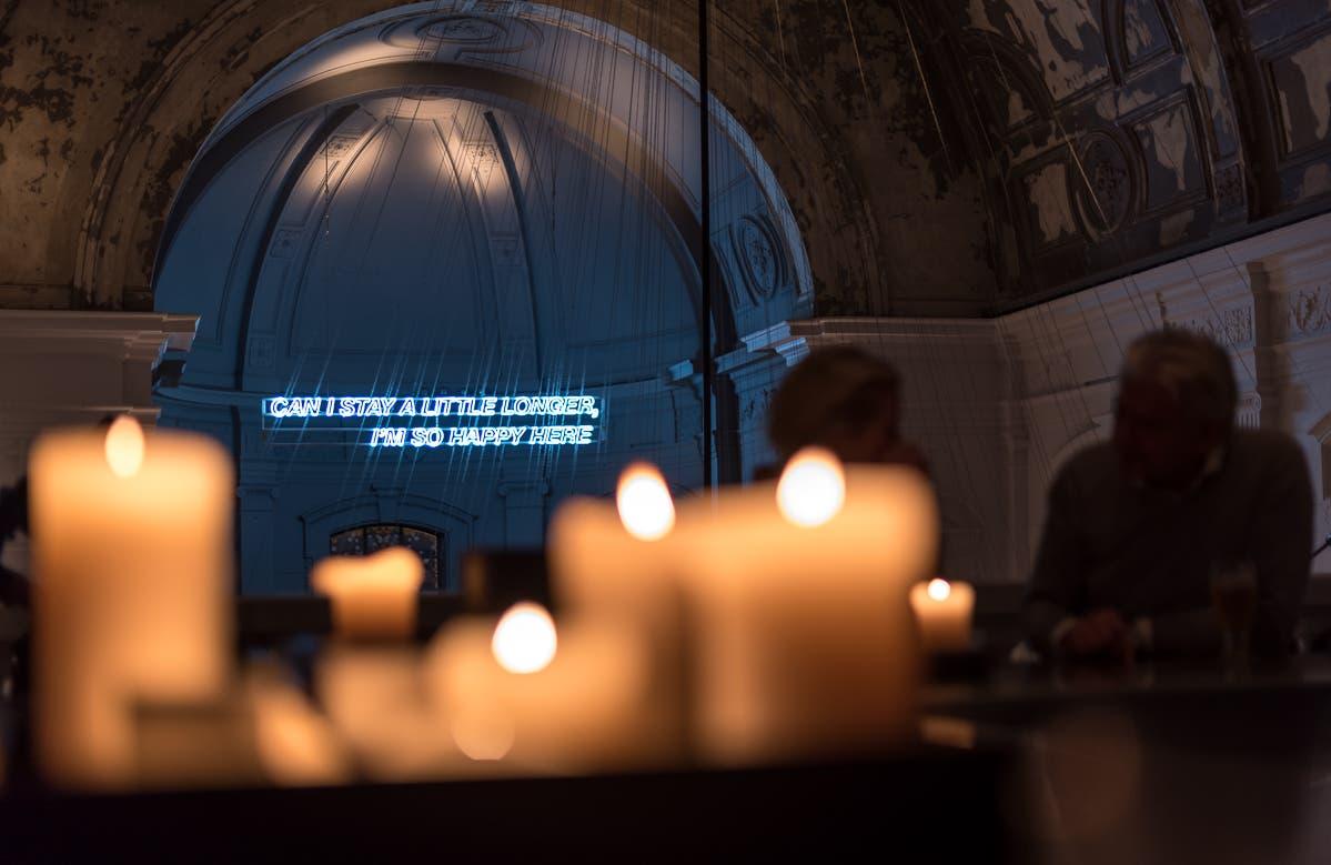 belgische Bar bei gedimmten Lich mit Kerzenschein